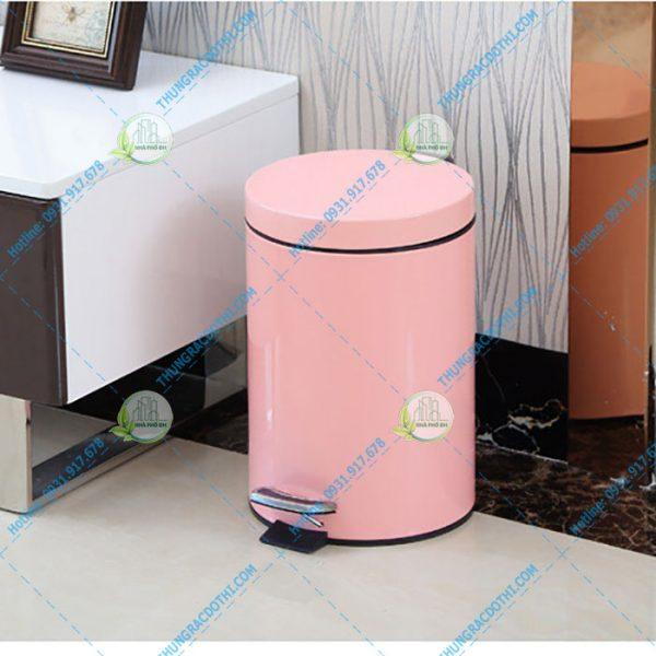 thùng rác màu hồng