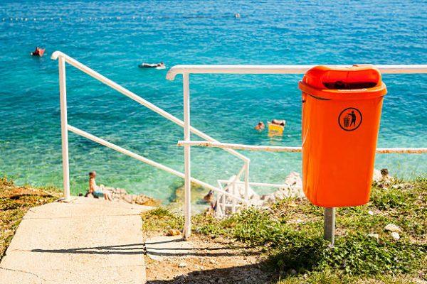 thùng rác bãi biển treo khung