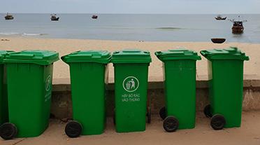 Thùng rác nhựa ven biển