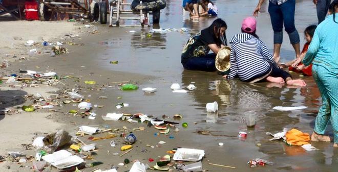 thùng rác bãi biển cửa việt