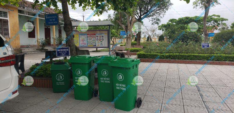 thùng rác nhà trường